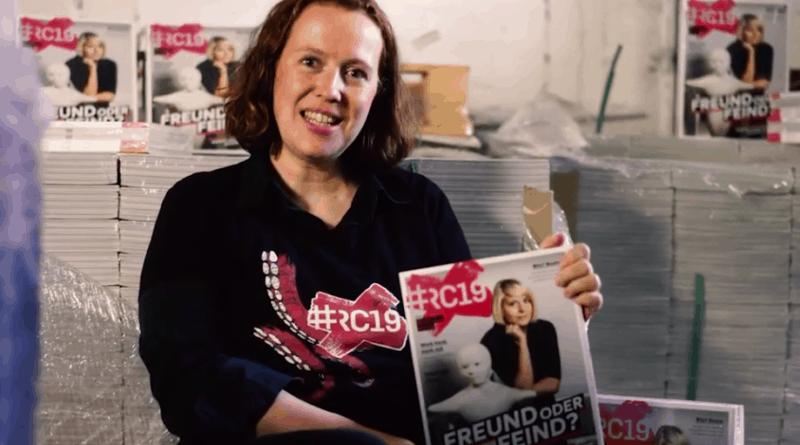 Chefredakteurin Katja Mayer mit dem #RC19 Festival-Mag