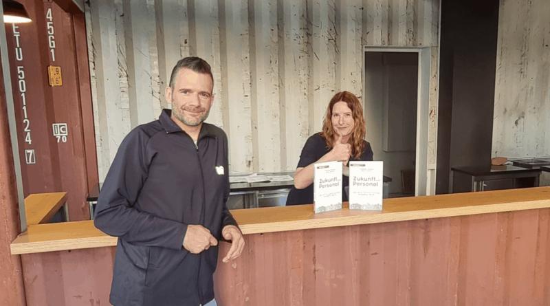 """Christine Kirbach und Rene Demin mit ihrem Buch """"ZUKUNFT (mit) PERSONAL"""" SAATKORN"""